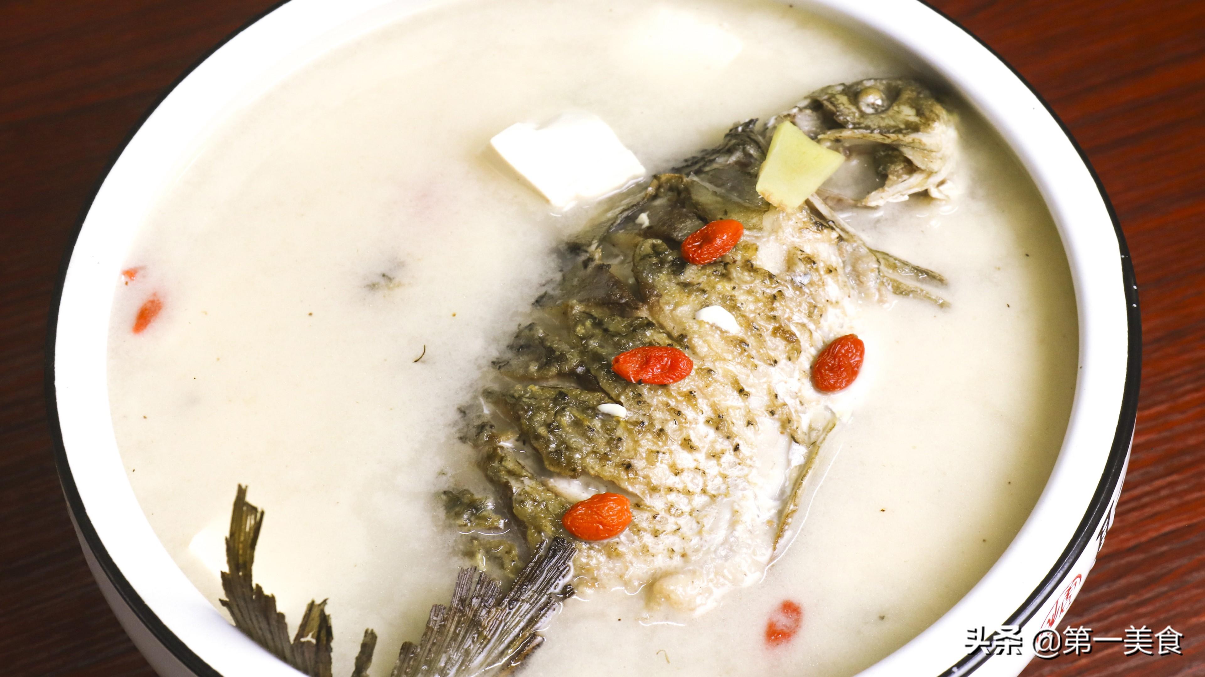 鲫鱼炖豆腐如何做汤白味鲜?学会2个小技巧,汤鲜不腥不破皮 美食做法 第1张