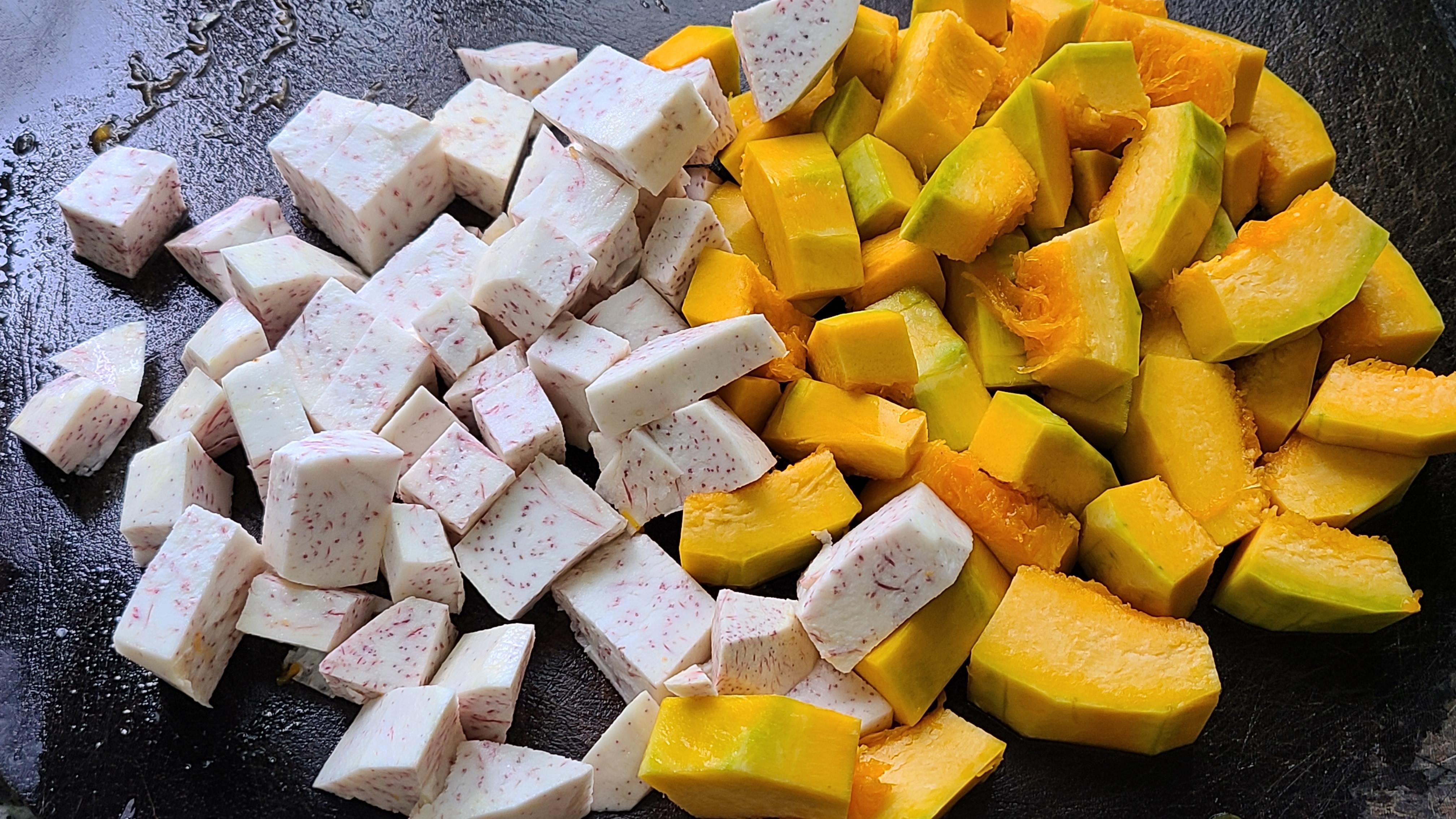 天氣越來越熱,教你一道廣東很好吃的南瓜香芋煲,又濃又香