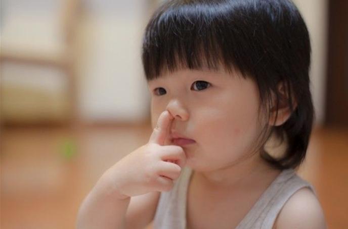 """孩子爱""""挖鼻孔"""",长大后难以摆脱这三种结局,父母应尽快纠正"""