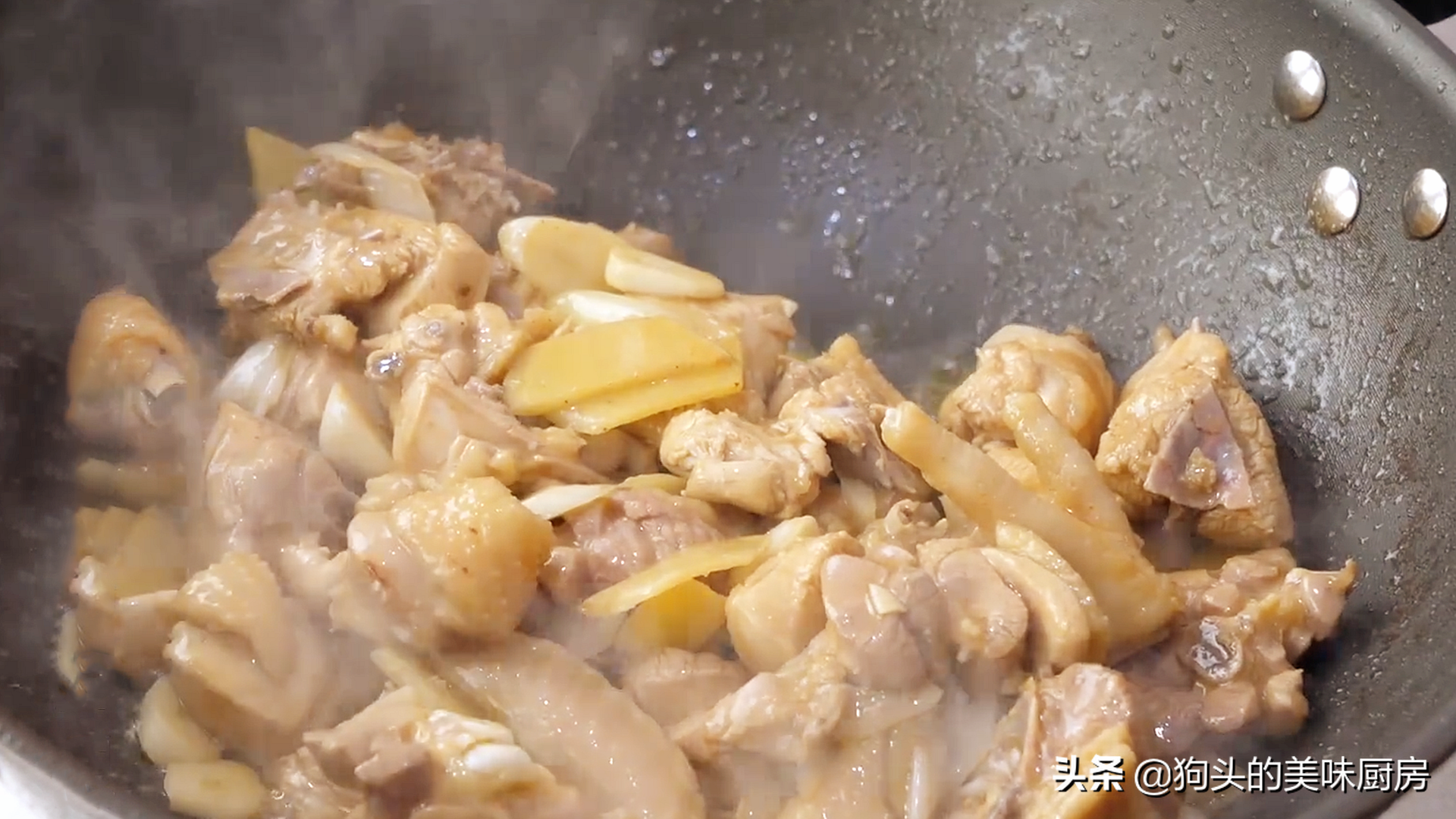 炖鸡肉时,切记不要直接焯水,教你一个做法,肉嫩鲜香不腥不柴 美食做法 第12张