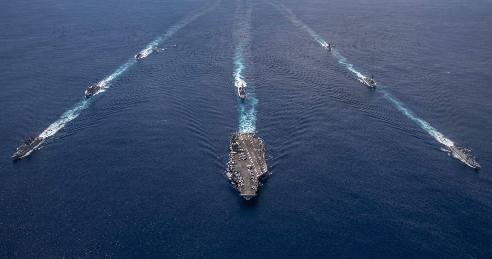 美国豁出去了:军舰逼近长江口后,航母又进入南海
