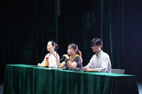 """武汉一高校举行""""线上线下""""直播式新生家长会 受家长热捧"""