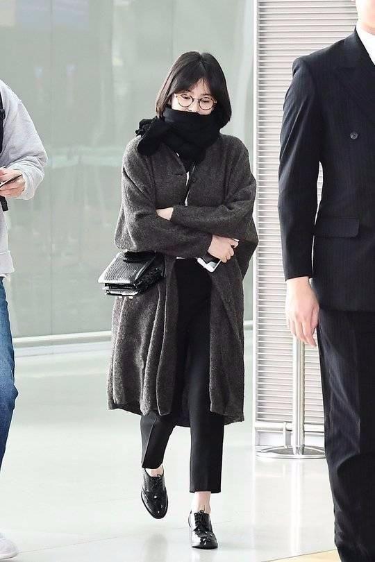 宋慧喬除了臉好看點,穿的裙子和鞋子都是80年代的,好老氣