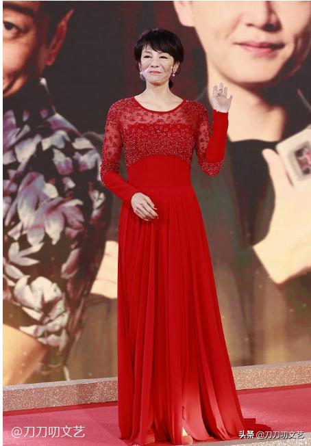 TVB颁奖红毯:黄智雯性感露背,陈自瑶又纯又欲,汤洛雯幸福肥