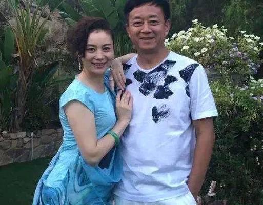42岁谭晶老公是院士,双胞胎女儿穿白色公主裙特像妈妈谭晶