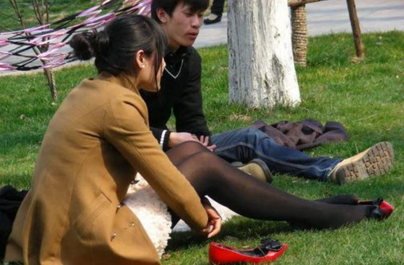 男子丝袜控被女友提分手,十个男人有九个会无法抵抗丝袜的诱惑