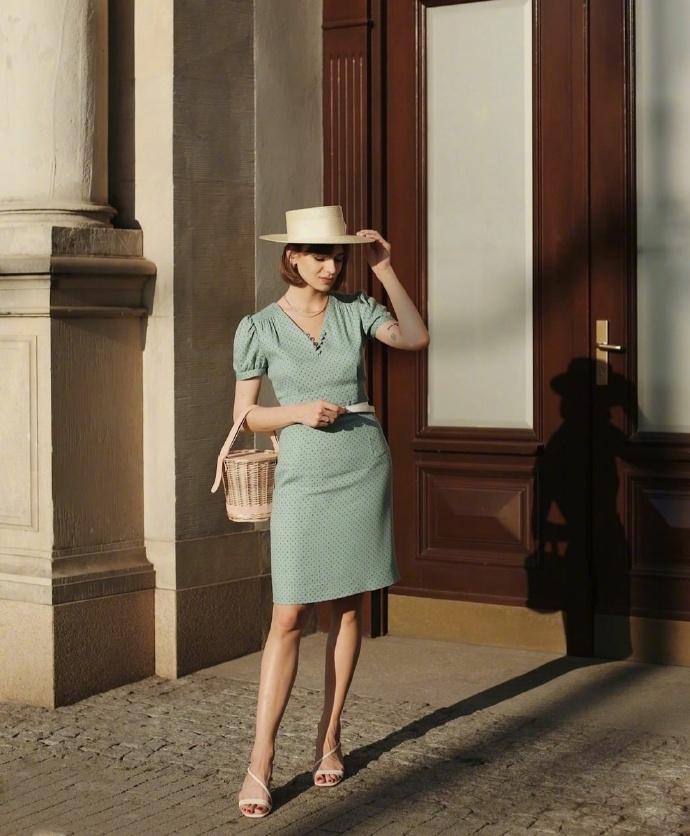 """岁月静好的""""法式穿搭"""",究其精髓,原来在于服装与配饰间的搭配"""