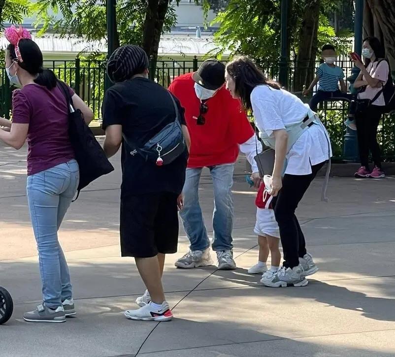 古巨基一家三口罕見出遊,公園自拍溫馨有愛,太太親力親為抱兒子