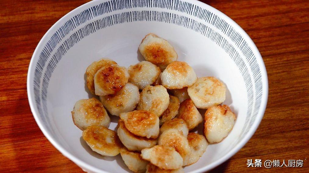魚丸不用燒湯,撒點花生米拌一下,比燙火鍋得更好吃,吃起來更香