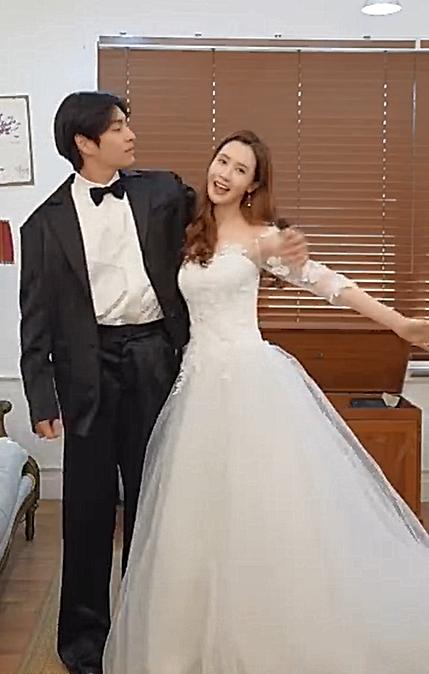 童年女神李多海要结婚?短视频里秀婚纱,与男伴的互动甚是亲密
