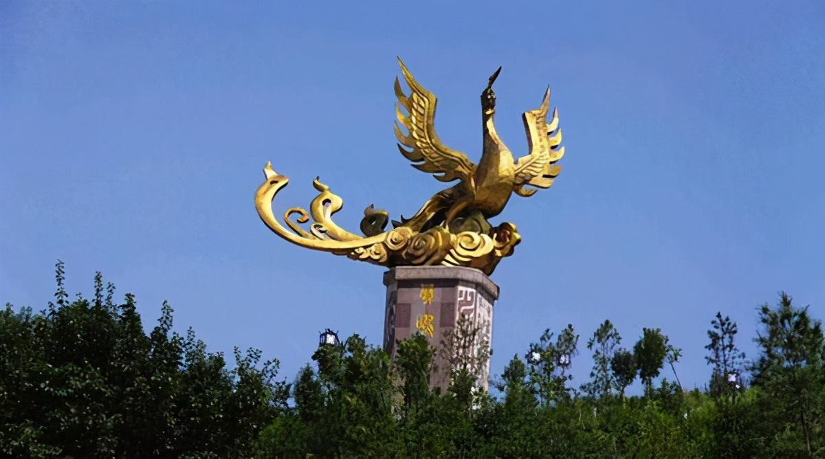 扶风县有个封神台,姜子牙雕像手中拿着一件兵器,看不明白是什么