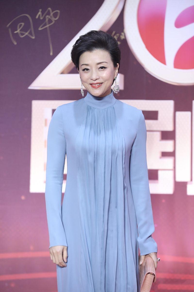杨澜9月12日出席见面会,获粉丝热捧,头发花白挑染蓝色太炫酷