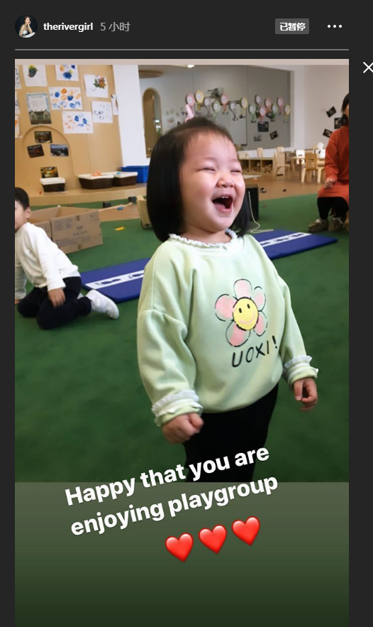李亞男挺孕肚陪女兒上課,天韻露童真笑容,完全小王祖藍既視感
