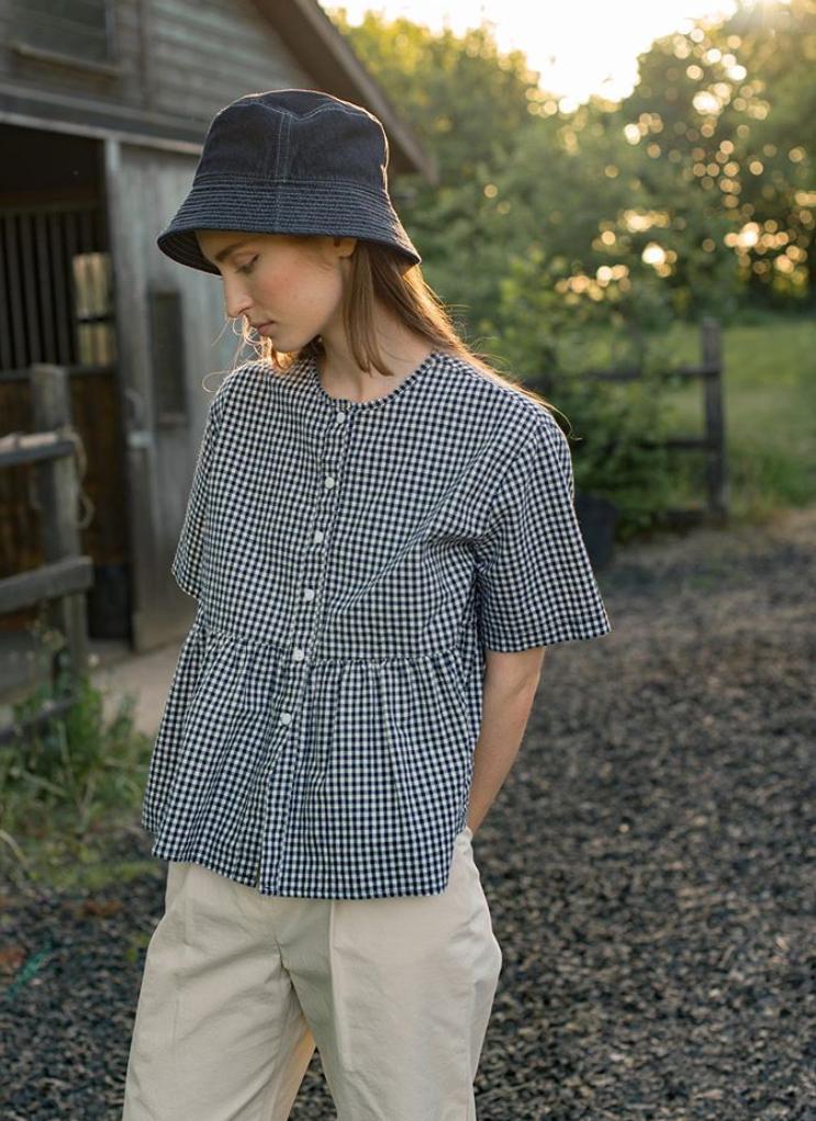 减龄感搭配新思路,注入一点顽童感,穿衣显年轻可以更自然