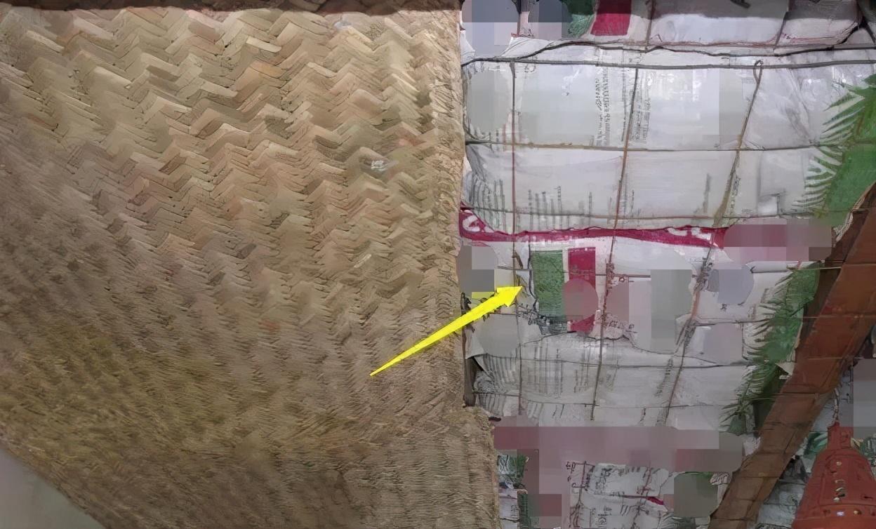 国外用蛇皮袋装稻壳铺在天花板上,保温又隔热!还防潮