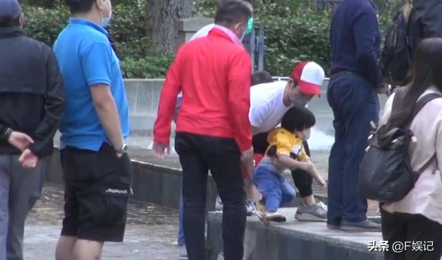 鄭嘉穎夫婦帶大兒子遊玩散步兒子趴在池邊玩水陳凱琳緊張地扶著