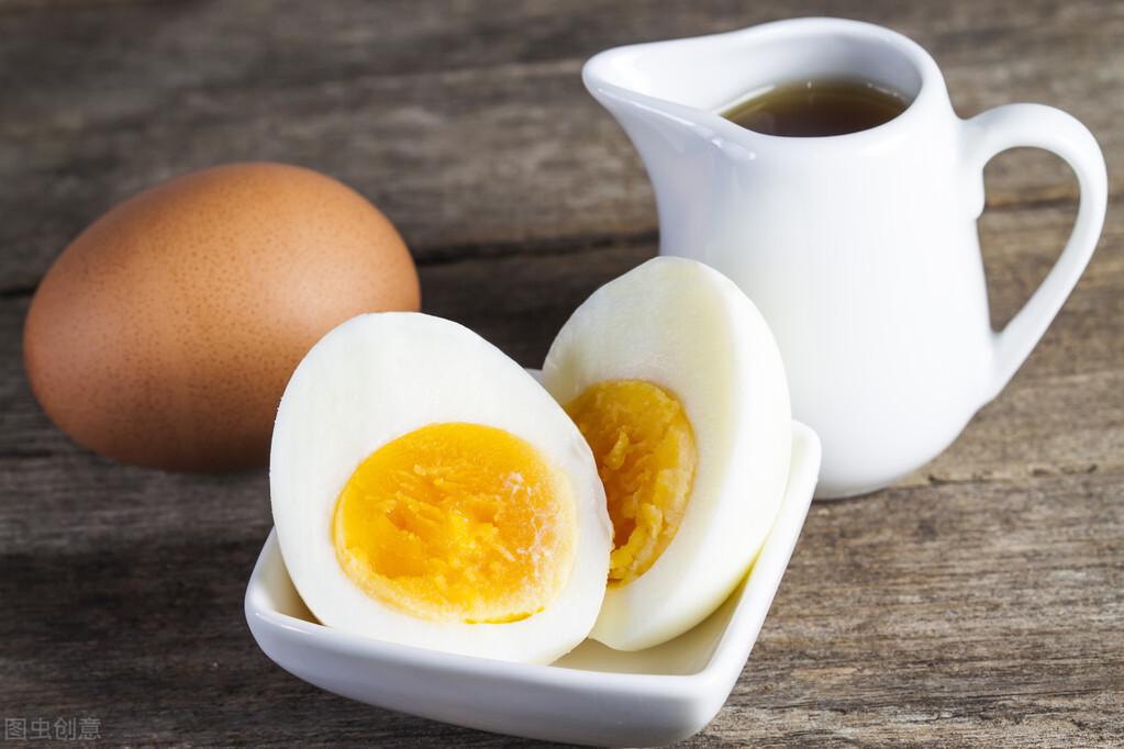 煮雞蛋,不要直接加水煮,多加這2步,雞蛋又香又嫩,還很好剝殼