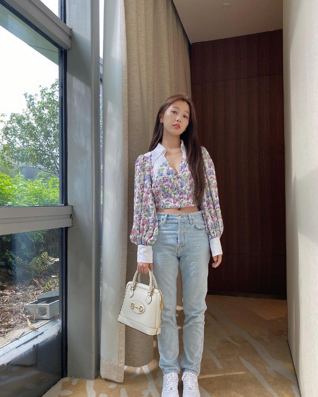 """郭碧婷才是""""妈妈圈""""最时髦的,条纹衬衫配棕色阔腿裤,又飒又美"""