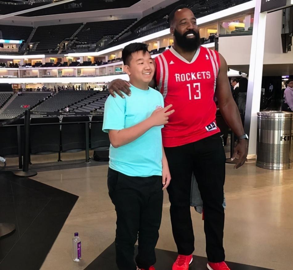 散落在民间的山寨版NBA球星:科比真假难辨 姚明变瘦?