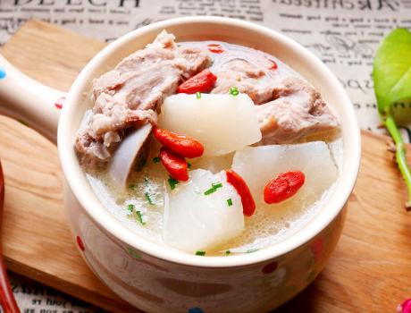 炖骨头汤时别直接就下锅牢记3个要点骨头汤香浓奶白还不腻