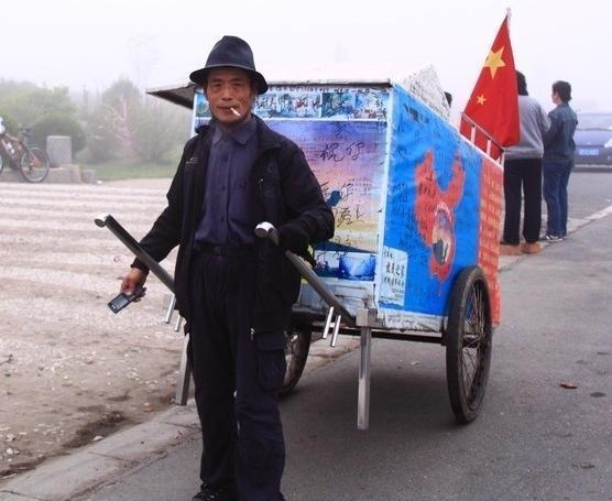 """""""徒步狂人""""谢建光:35年拉板车走30万公里,59岁止步黑河"""