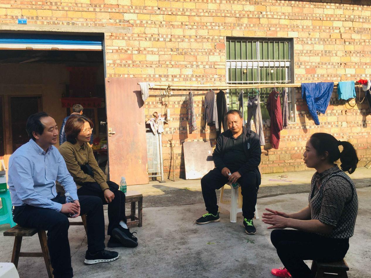 记屏山县残联周忠杰与中狮联四川代表处宜宾各队救灾助残服务
