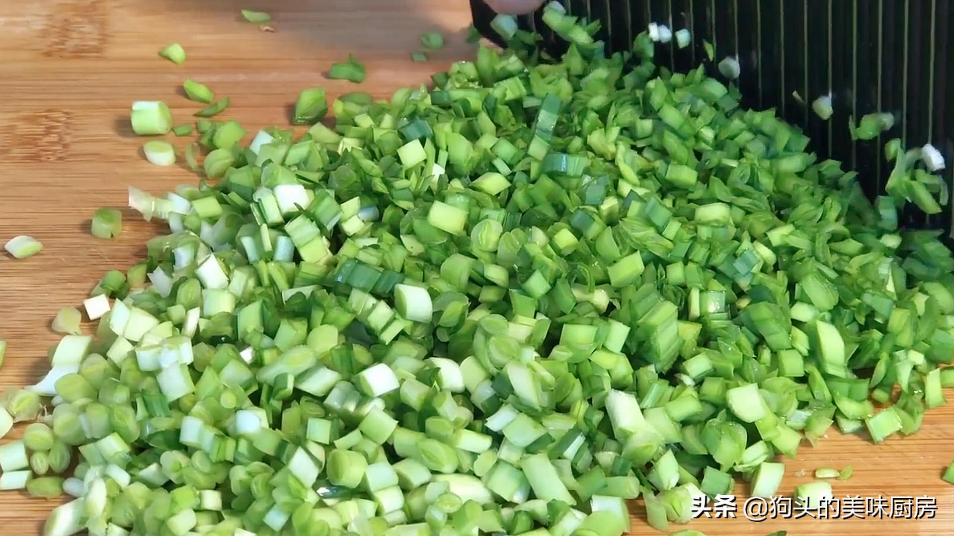 韭菜加豆腐,我家隔三天吃一次,外酥里嫩,飯店都吃不到,太香了
