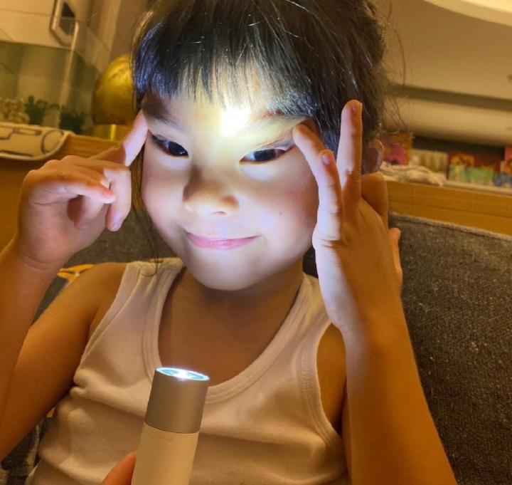 咘咘姊妹在家玩嗨了,姐姐直视镜头搞怪,4岁波妞放飞自我