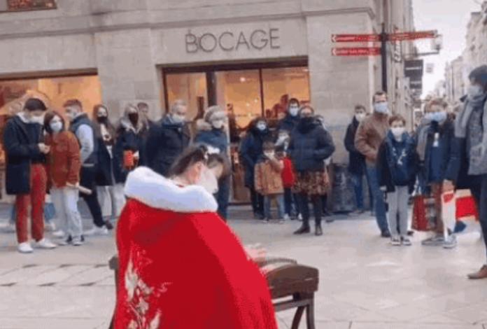 95后女孩在法国街头表演引围观:身穿古装弹古筝,一张嘴还是普通话