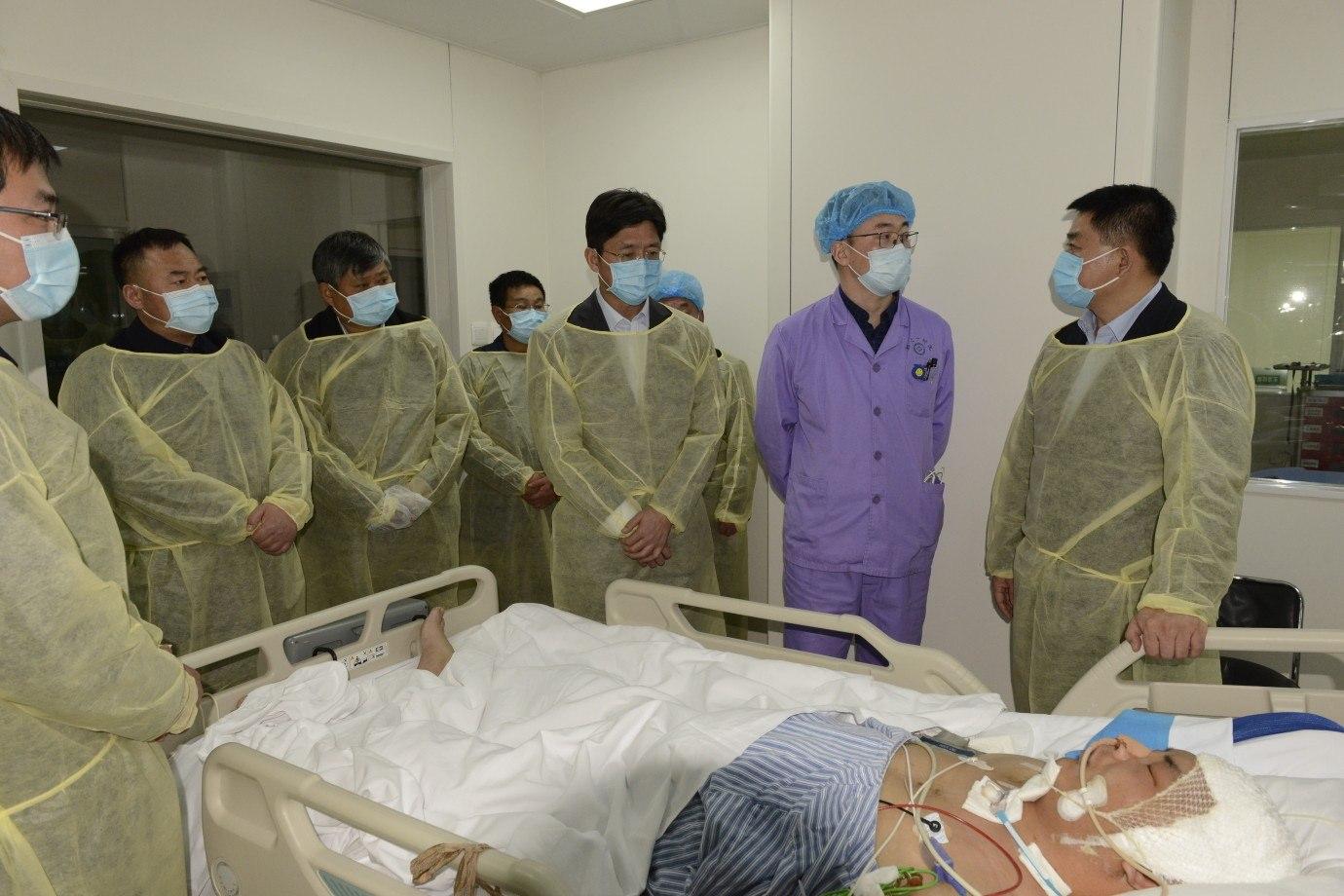 周口负伤民警至今已昏迷14天,陪护民警称,医生表示有所好转