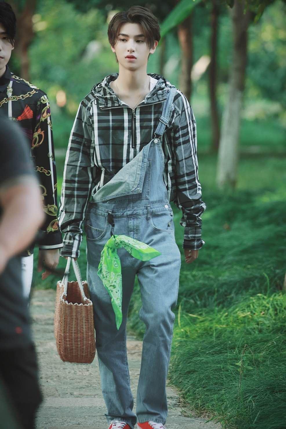 活力无限黄明昊,看看青春男孩都是怎么穿搭的,教你最日常的搭配