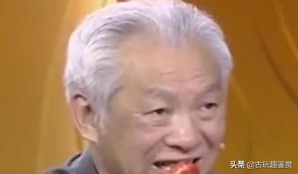 美女来鉴宝,称93岁喇嘛赠送的,专家放牙齿上一碰:别收藏了!