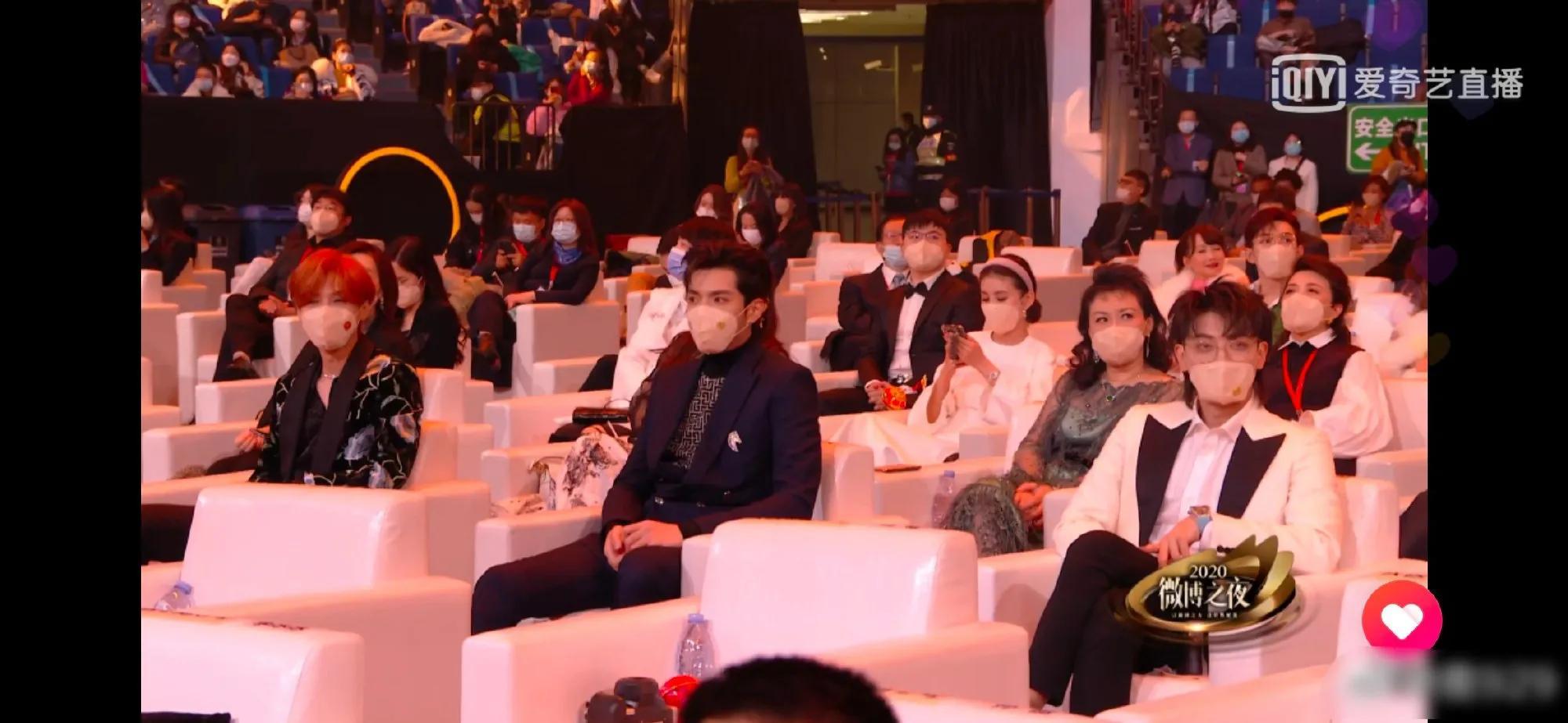 贾玲肖战大拥抱,归国三子坐一起,微博之夜座位排的很有戏