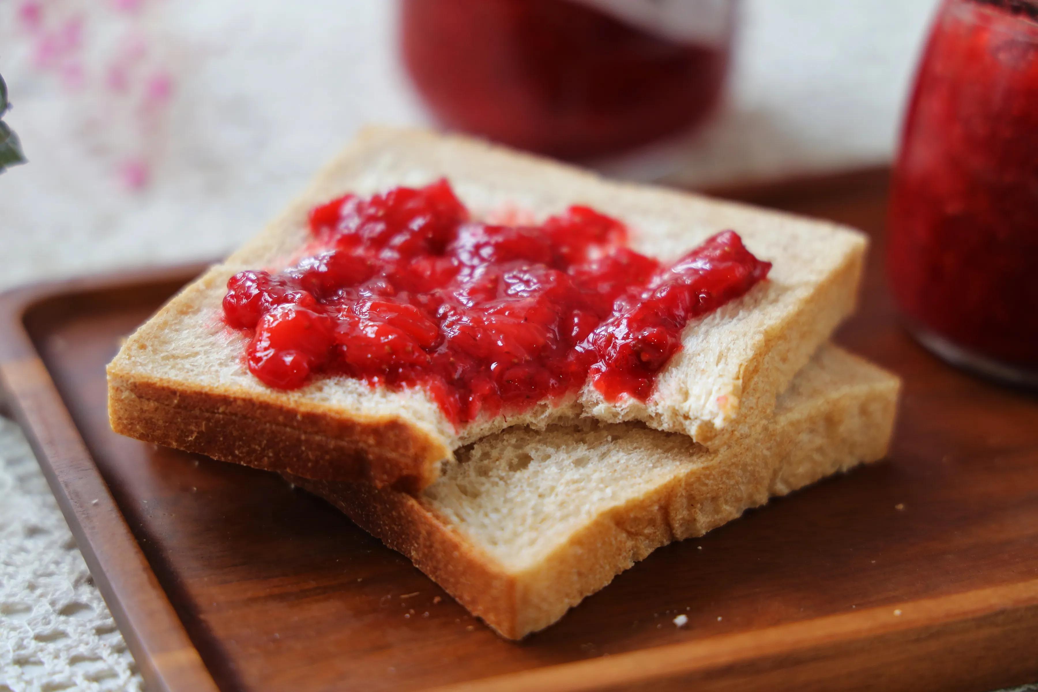 趁著草莓下季,趕緊買點回來做成醬,早餐抹在麵包上,太好吃了