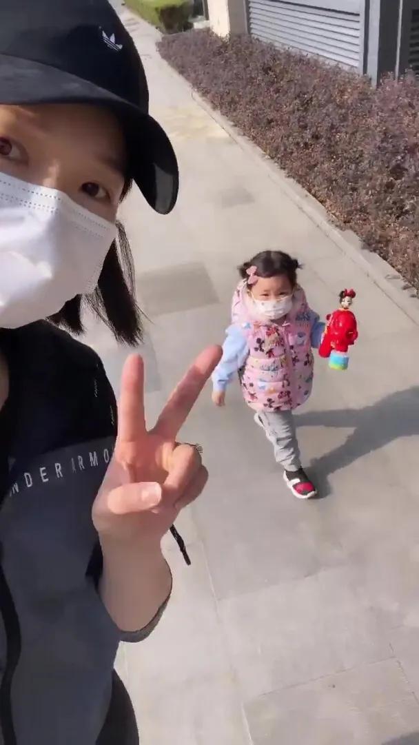 李亞男帶大女兒去散步,2歲Gabby活潑可愛,小奶音超萌