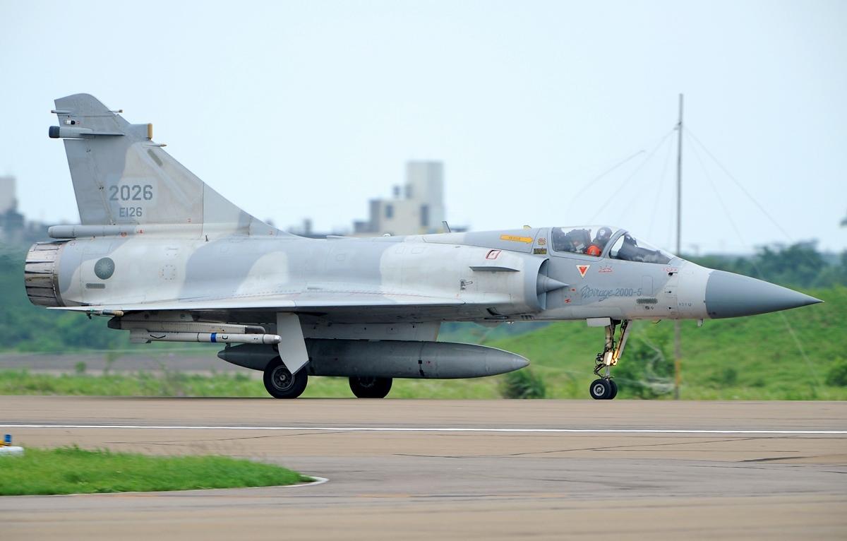 台湾西南空域同时出现三方军机,解放军出动战机护航内情不简单