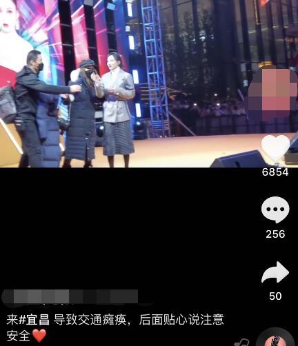 張韶涵露天商演致交通癱瘓,歌唱一半被強行拉走,向觀眾鞠躬道歉