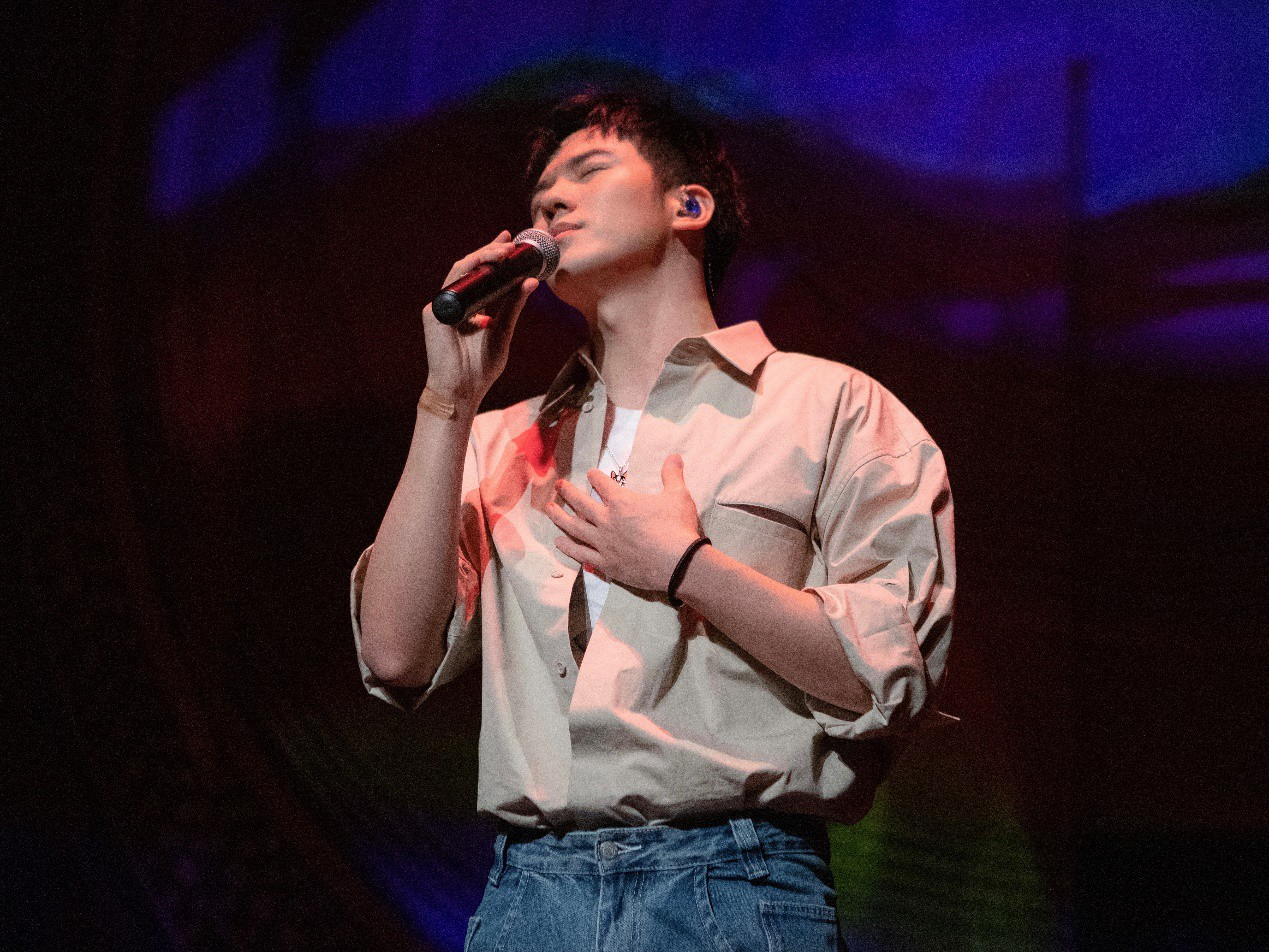 仝卓复出舞台首次表演新专辑曲目《第11个故事》公益巡回成都站