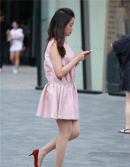 辣妈的时尚裙装打扮穿出独特个性,时髦经典又不过时