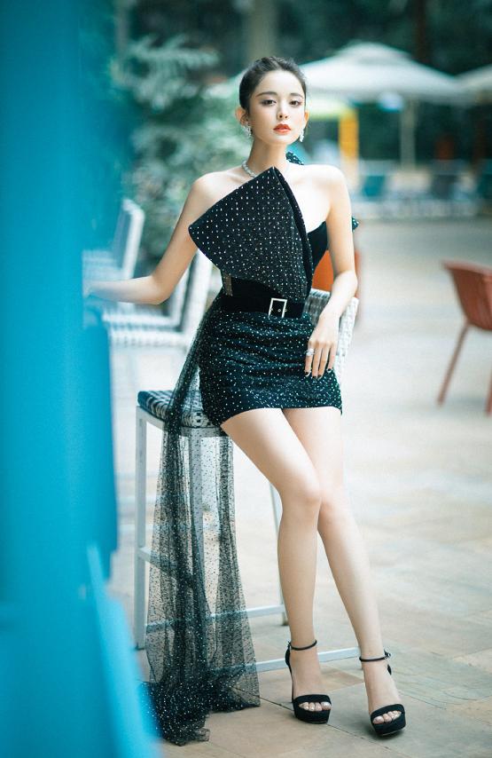全场就古力娜扎秀腿最高调!穿亮片短裙现身,生图腿像加了特效