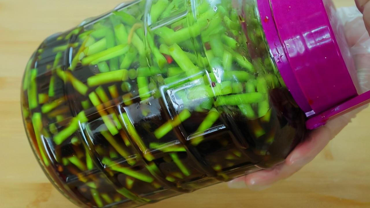 腌蒜苔的正宗做法,20几年的老配方,腌好就能吃,做一次吃半年 美食做法 第1张