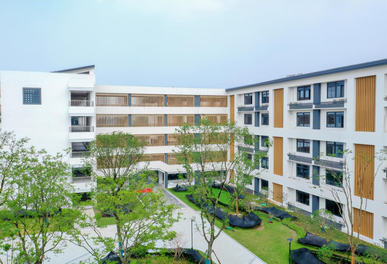 余杭第一中学今日投用,办学规模达到60个班