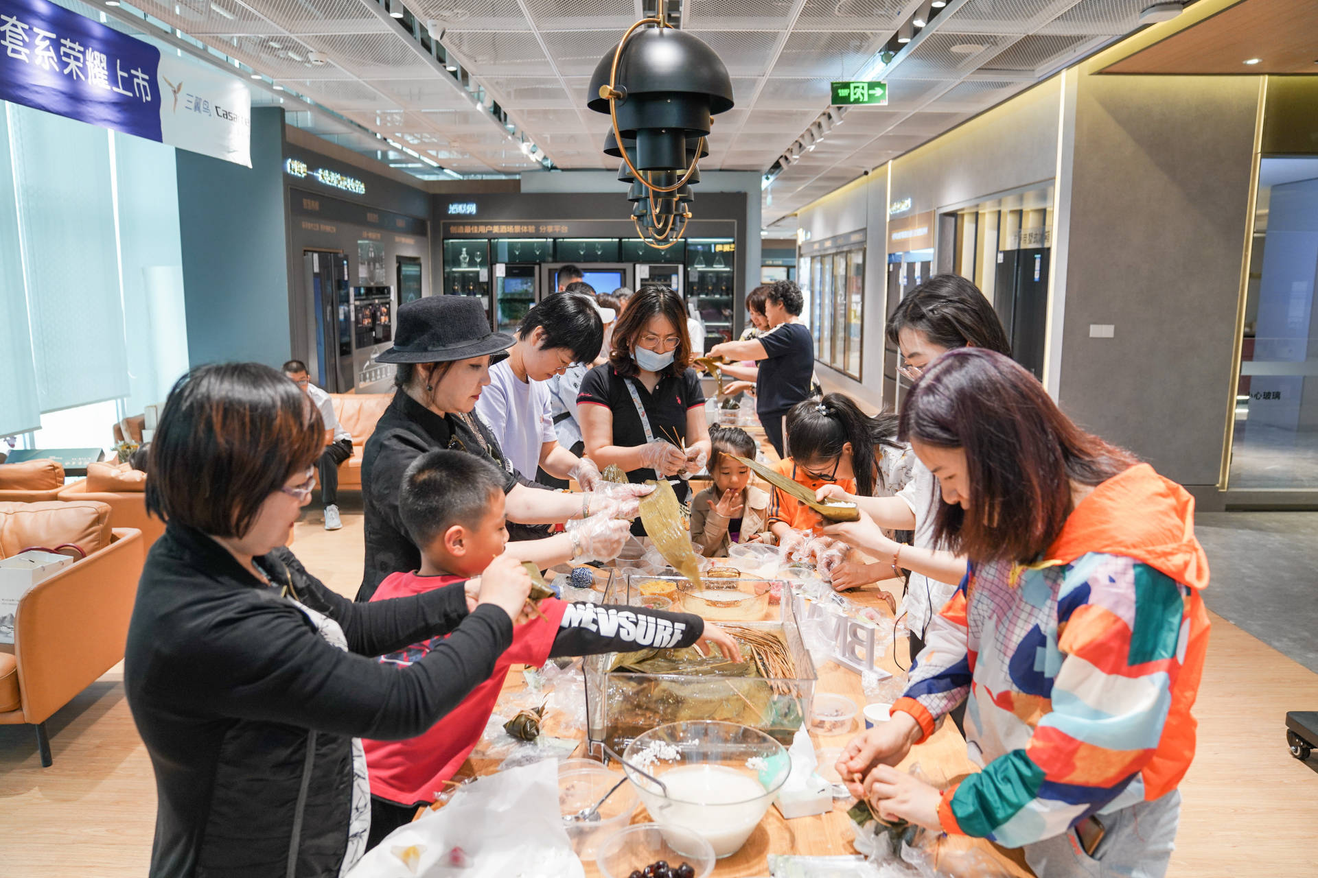 北京、上海、青岛三地用户端午在三翼鸟体验中心001包粽子