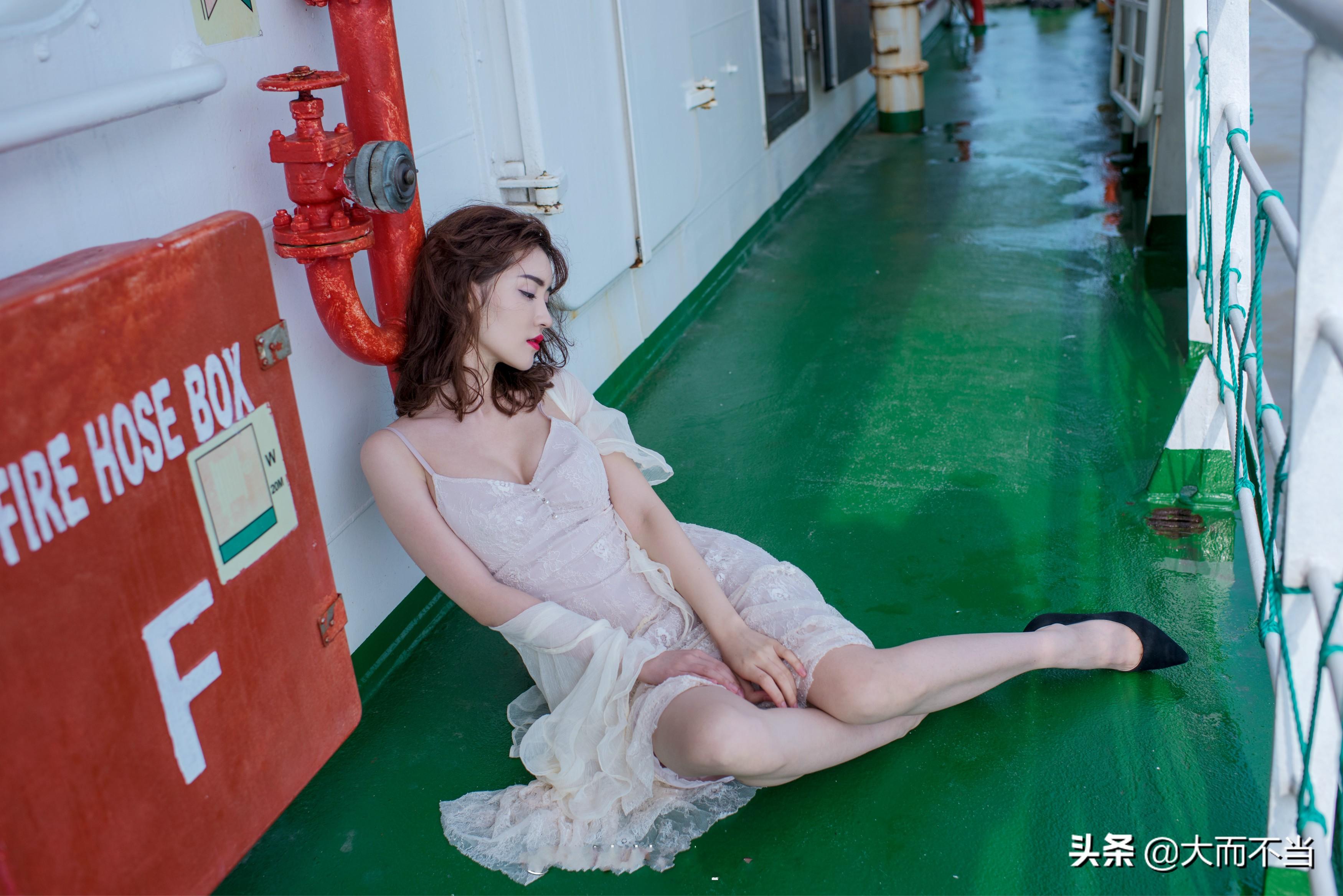 """美女网红晒""""美人与海""""写真,薄纱裹体海风轻拂十分妩媚"""