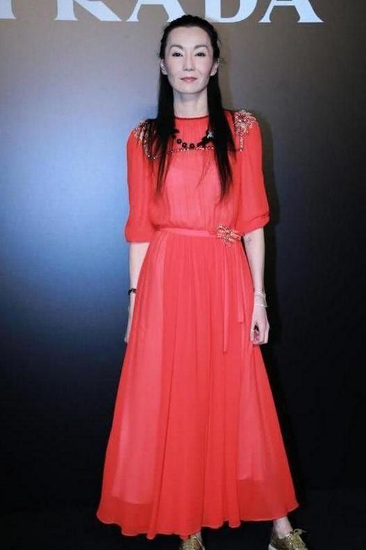 张曼玉气质绝了!把红裙穿出高贵冷清范,美到不食人间烟火
