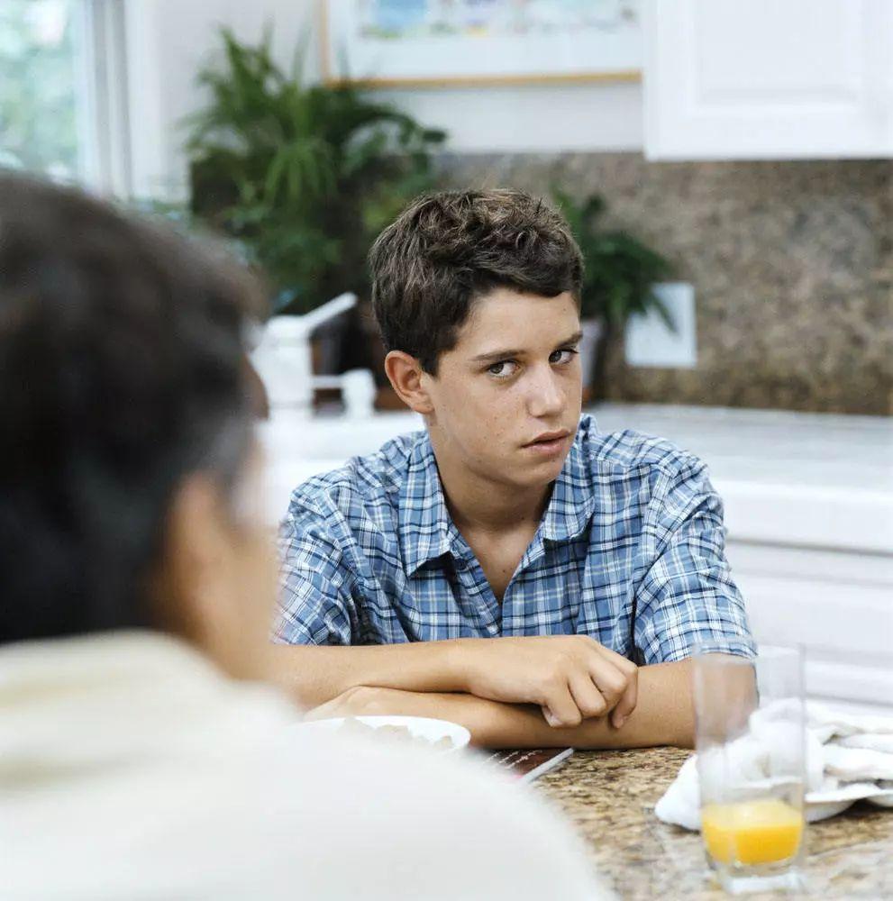 心理學家:表面尊重、骨子裡看不起你的人,通常都有這4種行為