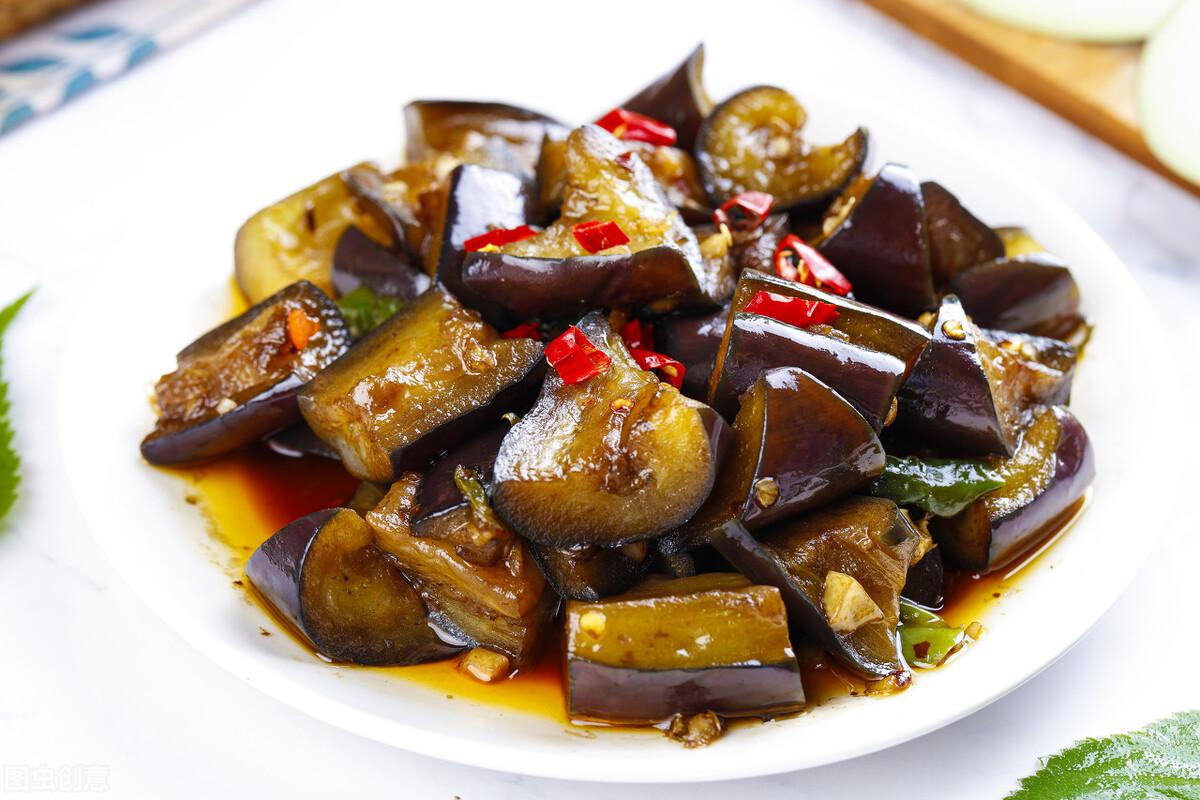 炒茄子切忌先放油,难怪油腻发黑,大厨教您一招,茄子香嫩不吸油 美食做法 第2张