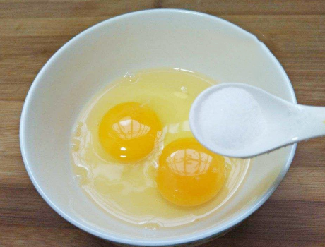 蒸鸡蛋羹技巧 牢记这1点鸡蛋羹嫩滑无孔洞