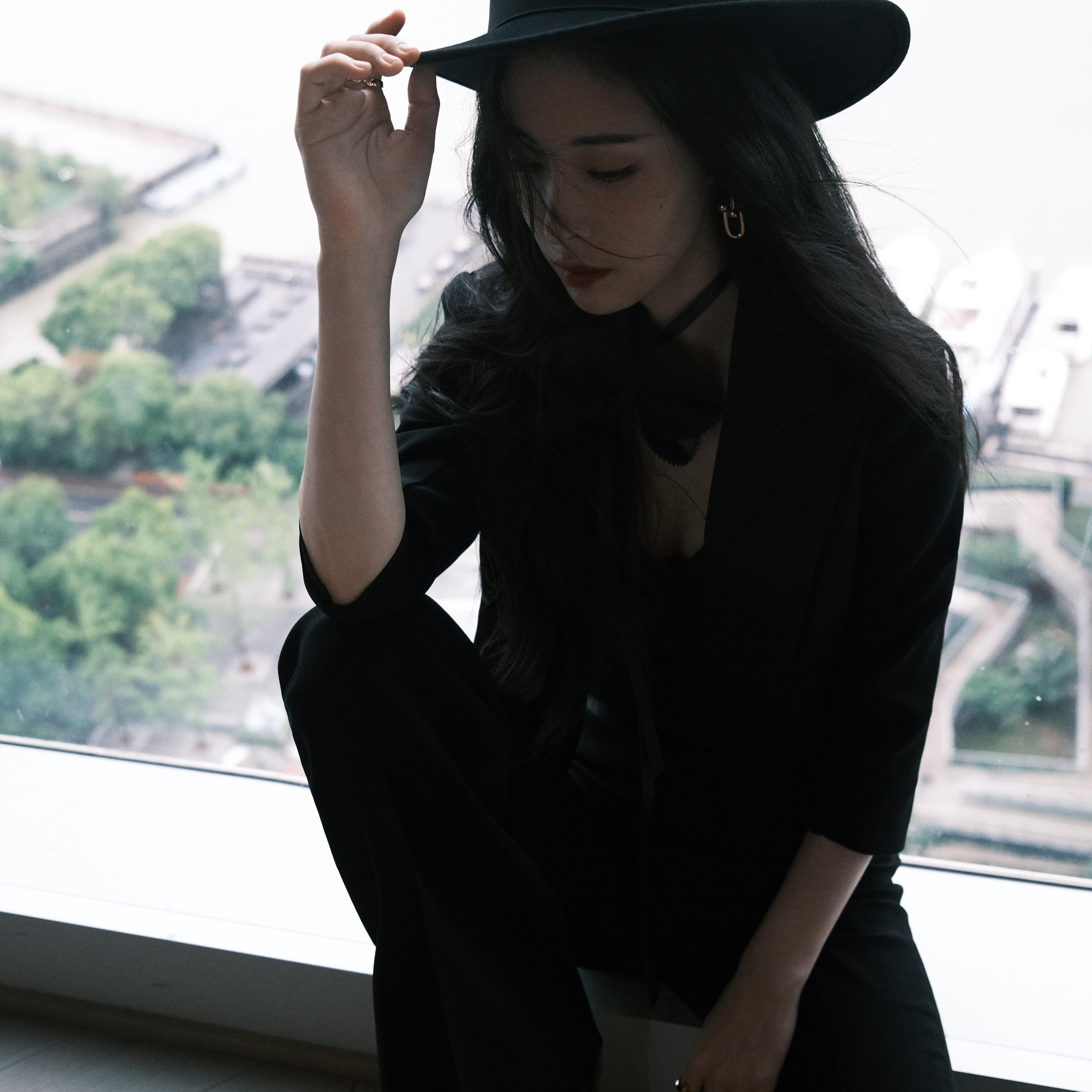 张碧晨亮相嘉人女性影响力之夜 黑色西服套装酷飒十足