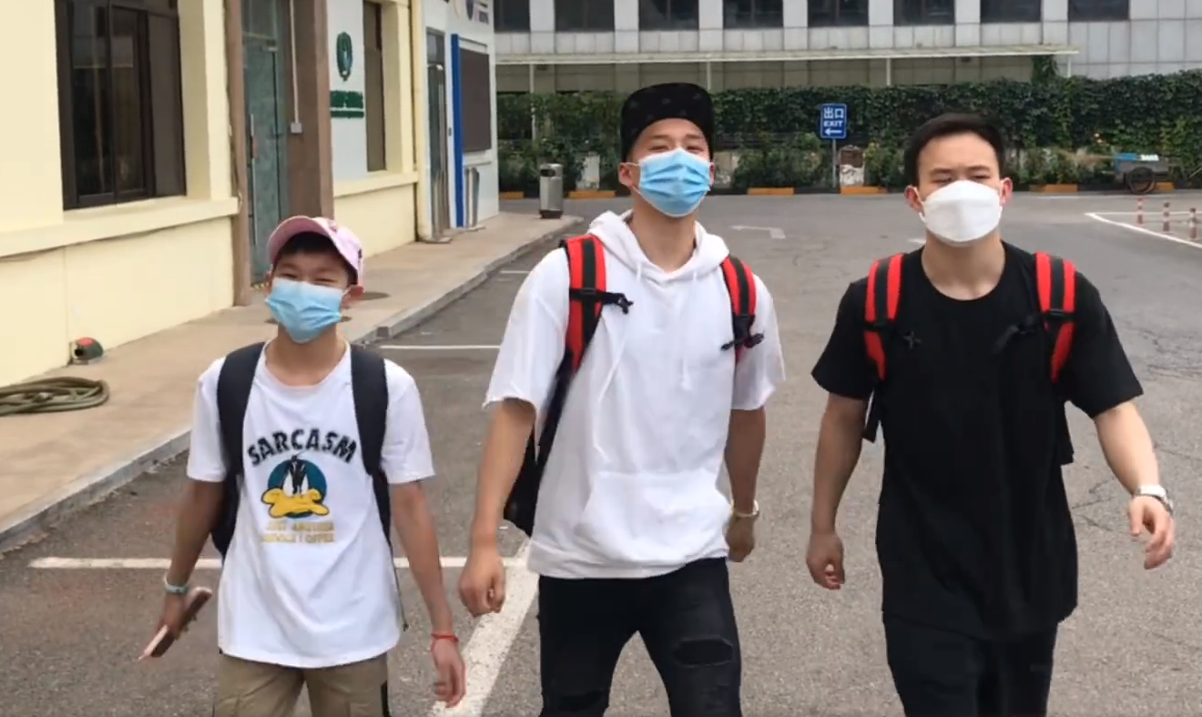 """正式结束隔离!全红婵与队友走出""""六亲不认""""庆祝胜利"""
